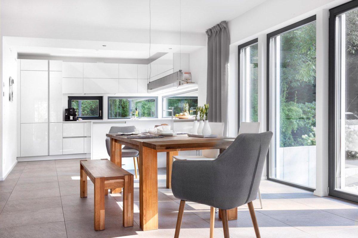 Schöner Wohnen Haus - Ein Raum voller Möbel und ein großes Fenster - SchworerHaus KG