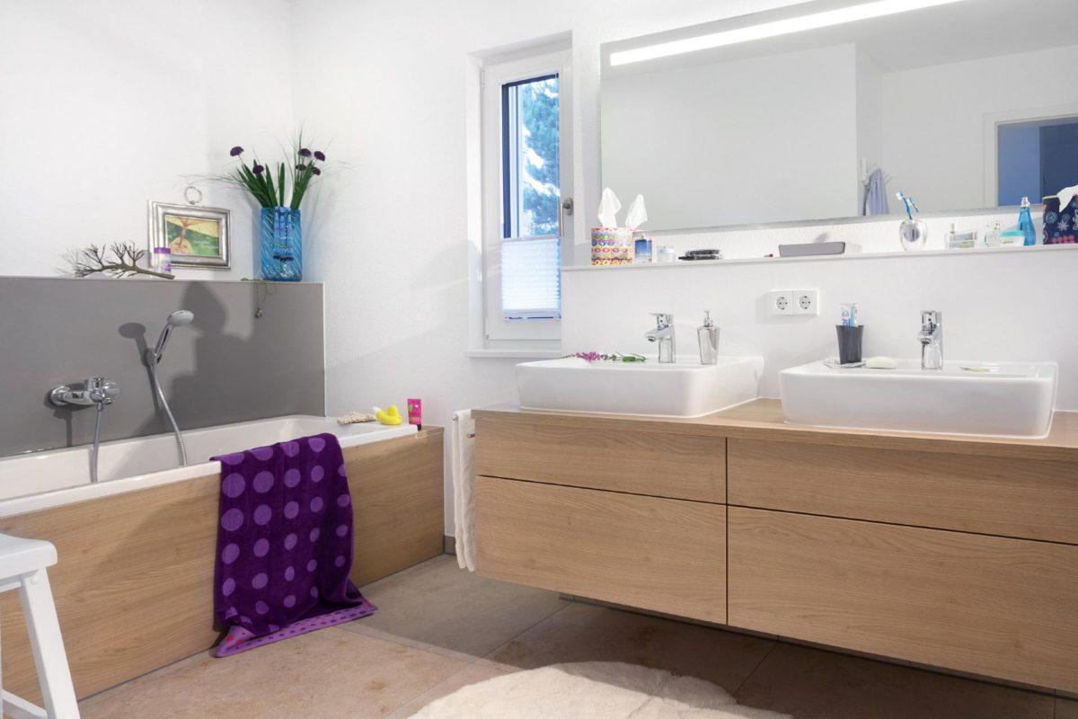 Musterhaus Dresden - Ein Schlafzimmer mit einem großen Spiegel - SchwörerHaus Bauberater Falk Stiefenhofer
