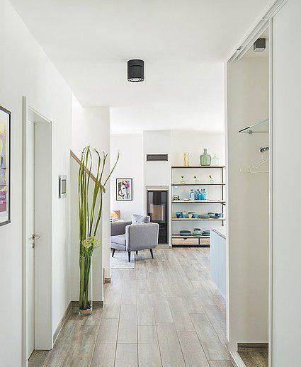 Musterhaus Lanos Wien - Ein weißer Kühlschrank mit Gefrierfach sitzt in einem Gebäude - Lechner Massivhaus Dresden