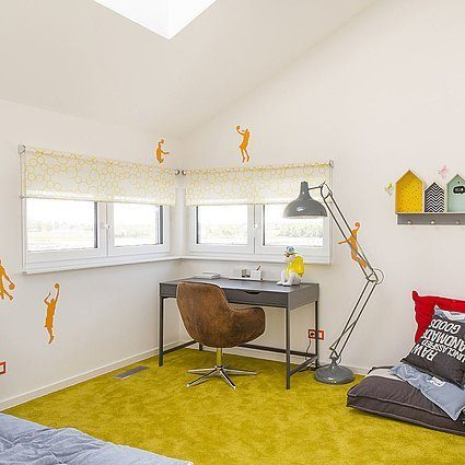 Musterhaus Lanos Wien - Ein Schlafzimmer mit einem Bett und einem Schreibtisch in einem Raum - Interior Design Services