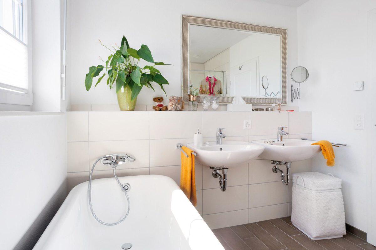 Plan E 15-123.2 - Eine weiße Spüle sitzt unter einem Spiegel - SchworerHaus KG