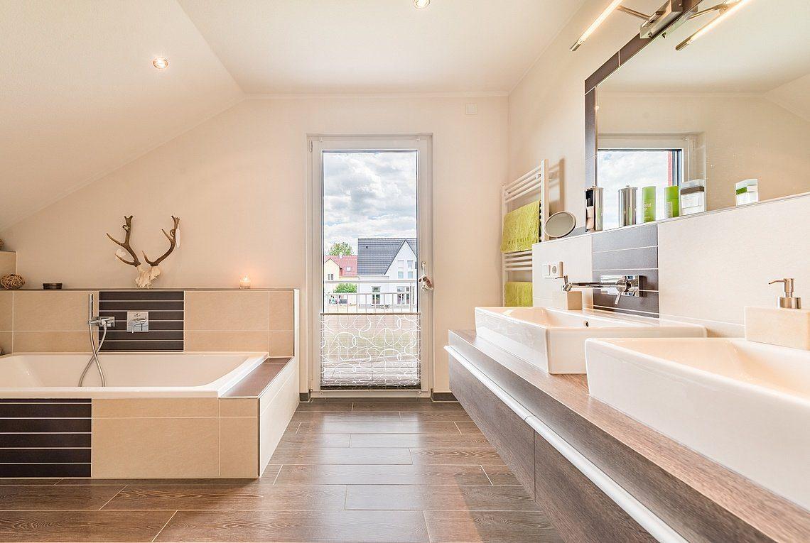 Kundenhaus Linz - Eine große weiße Wanne neben einem Fenster - Interior Design Services