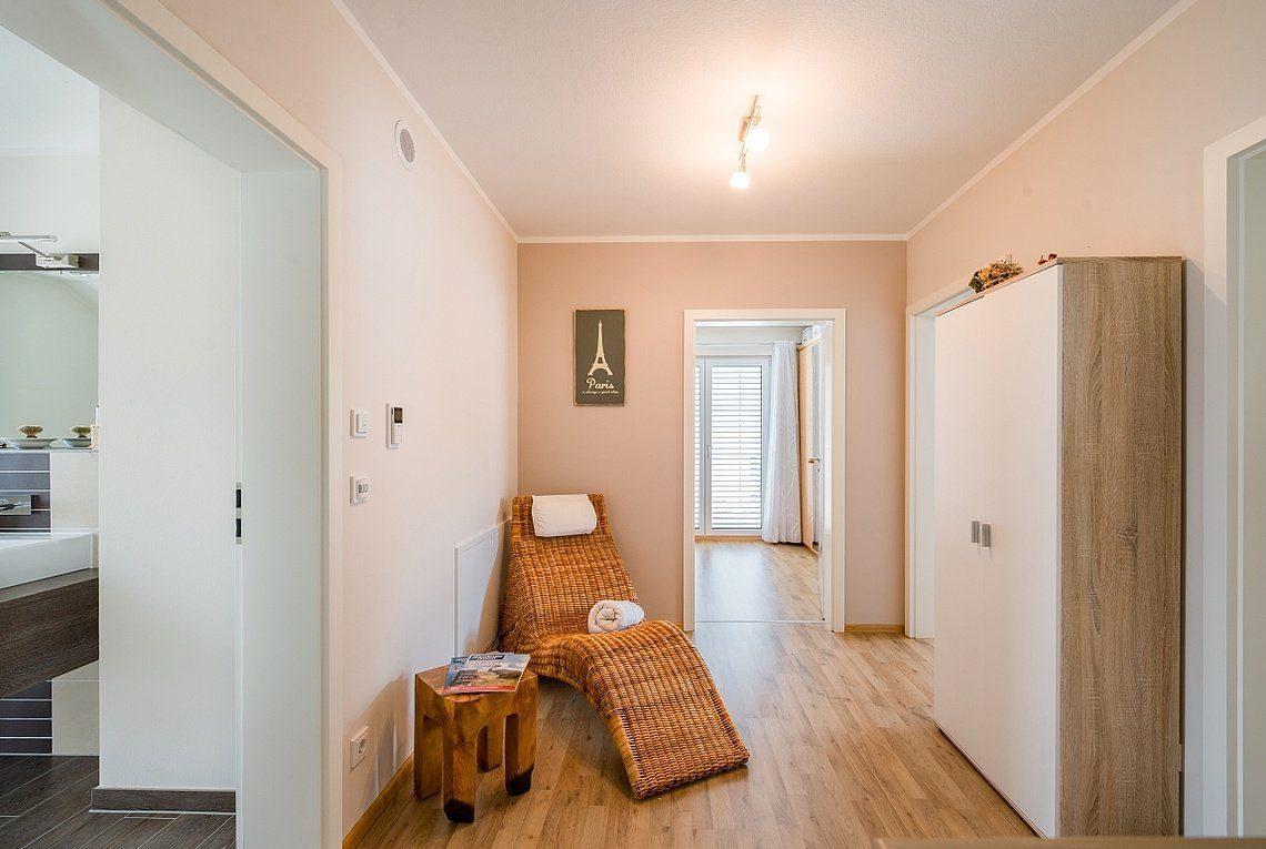 Kundenhaus Linz - Eine Ansicht eines Wohnzimmers mit einem Waschbecken und einem Spiegel - Interior Design Services