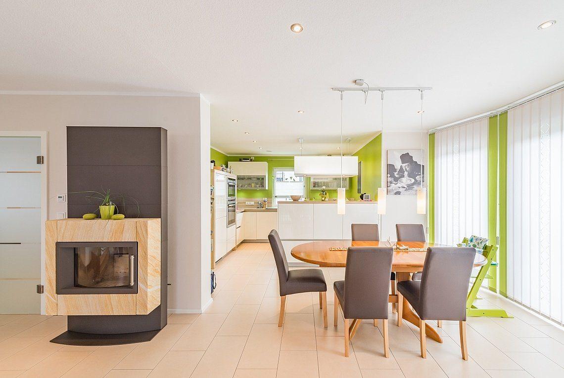 Kundenhaus Linz - Ein Wohnzimmer mit Möbeln und einem Kamin - Haus