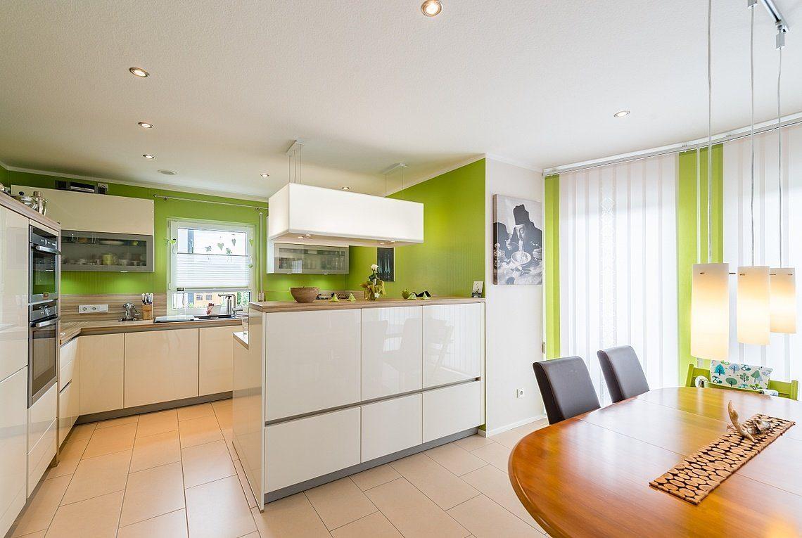 Kundenhaus Linz - Eine Küche mit einem Tisch in einem Raum - Interior Design Services
