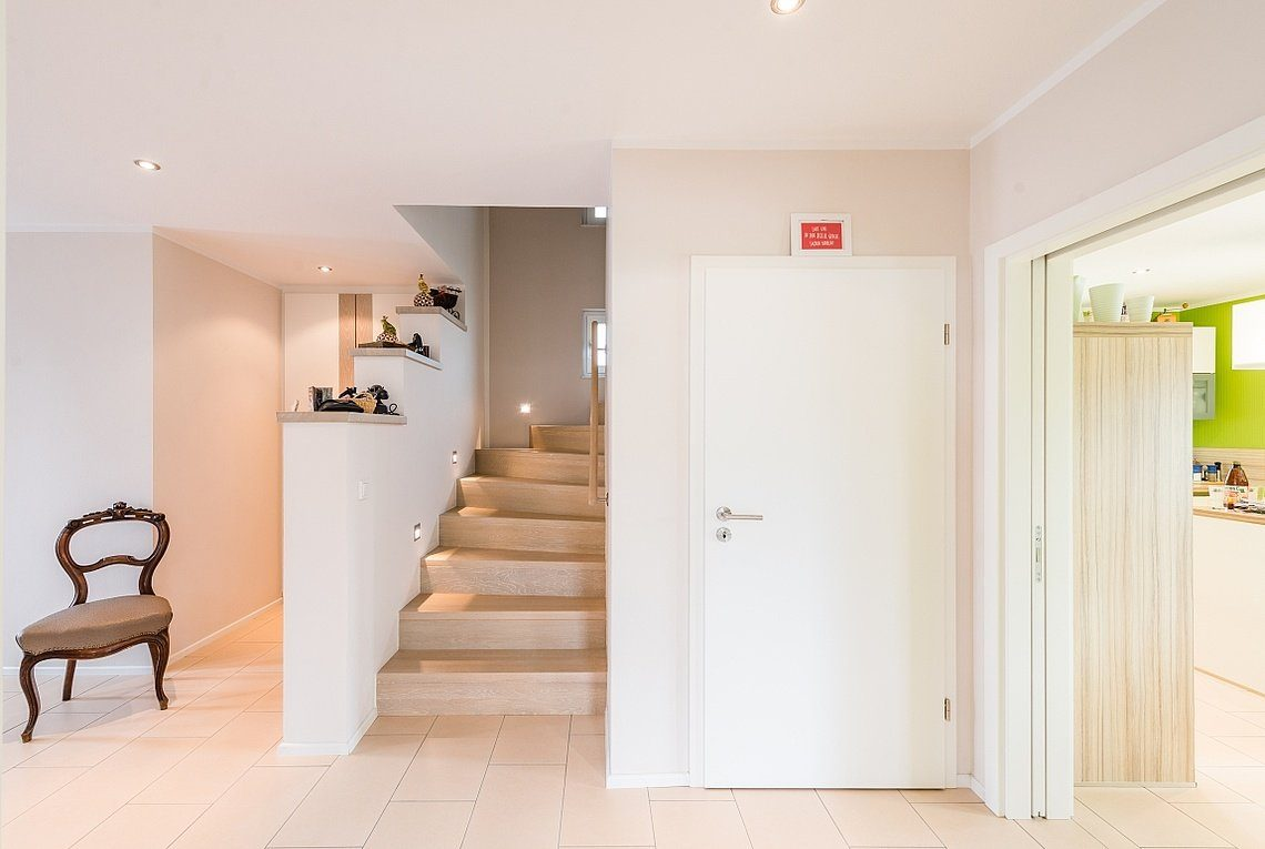 Kundenhaus Linz - Ein zimmer mit waschbecken und spiegel - Interior Design Services