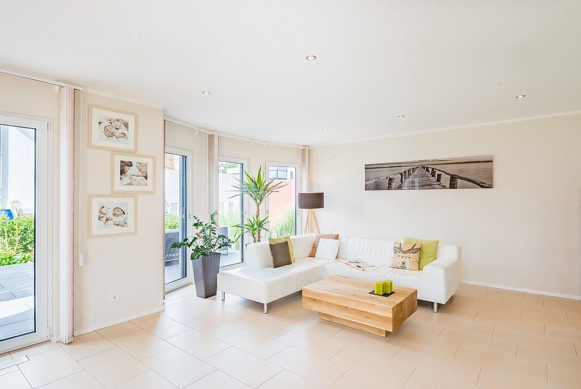 Kundenhaus Linz - Ein Raum voller Möbel und ein großes Fenster - Wohnzimmer