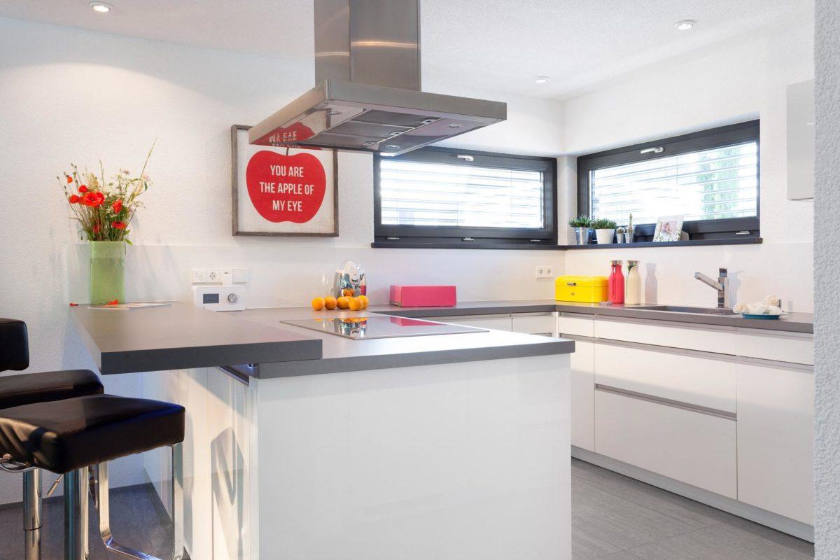 Haus Buser - Eine Küche mit einem Tisch in einem Raum - Küche