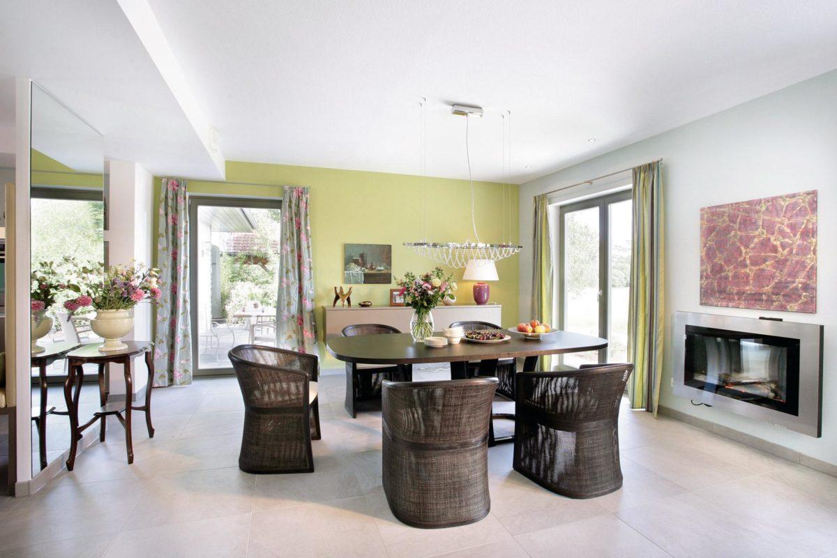 Plan E 20-182.1 - Ein Wohnzimmer mit Möbeln und einem Kamin - Schw SchwarzerHaus KG Musterhaus Wadern-Nunkirchen
