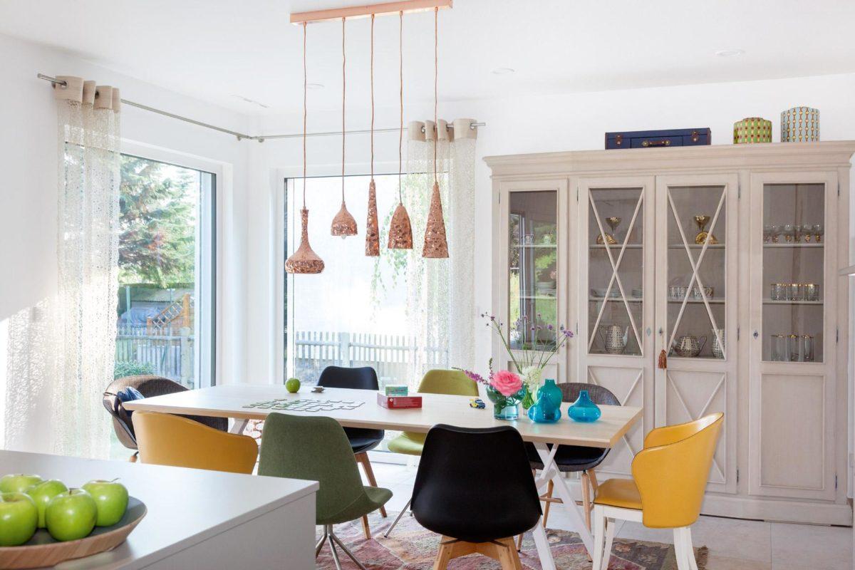 Musterhaus Dresden - Ein Raum voller Möbel und Blumenvasen auf einem Tisch - Interior Design Services