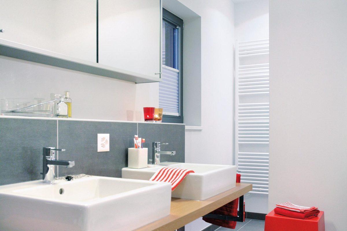 Plan E 20-137.1 - Ein zimmer mit waschbecken und spiegel - Bad