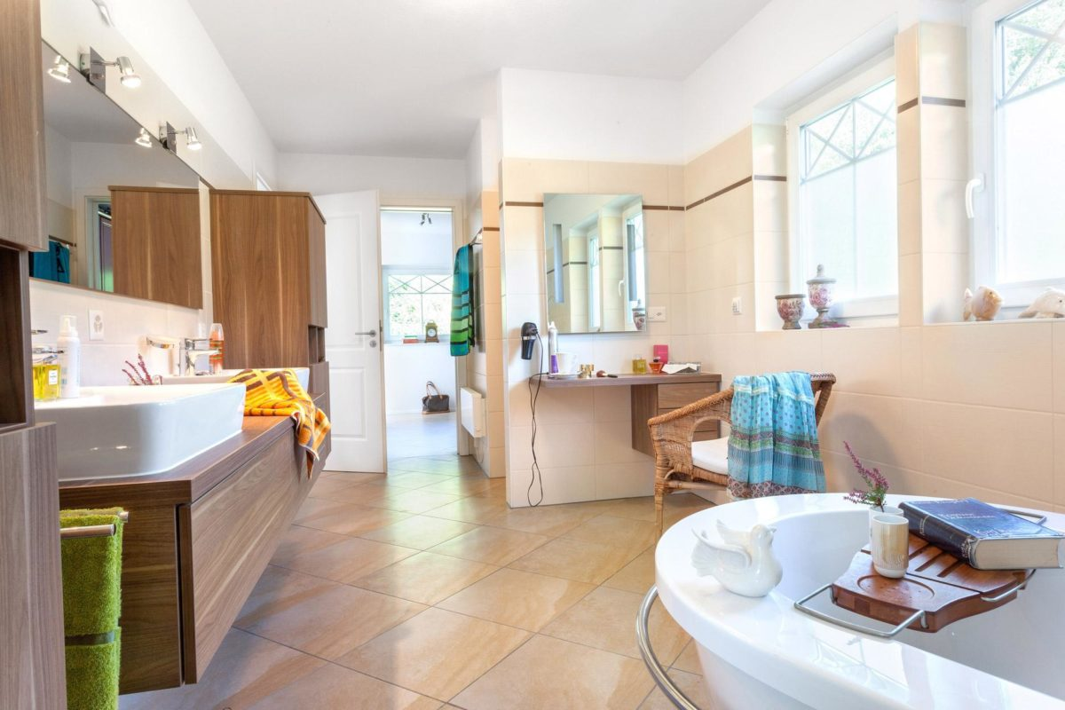 Kundenhaus Meyer-Elicker - Eine Küche mit einem Tisch in einem Raum - Interior Design Services