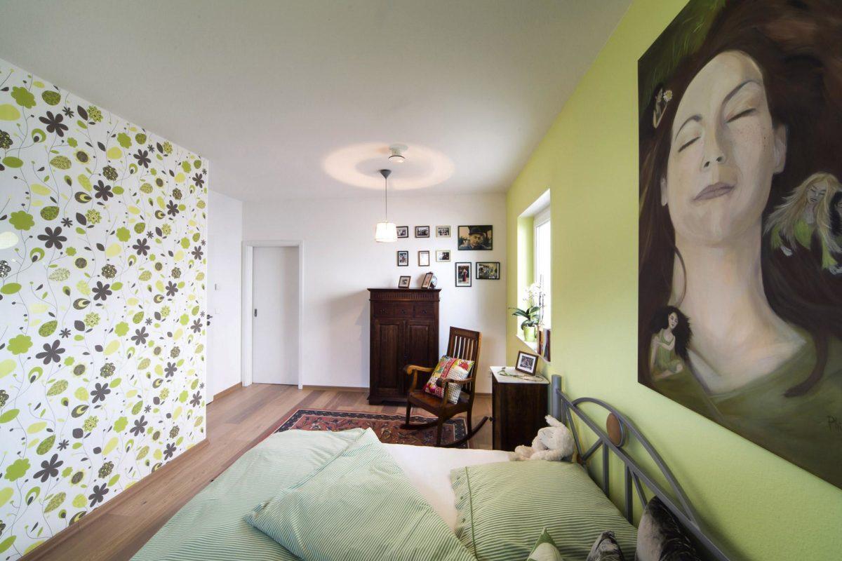Plan E 10-087.1 - Ein Schlafzimmer mit einem Bett und einer Person in einem grünen Raum - Schlafzimmer