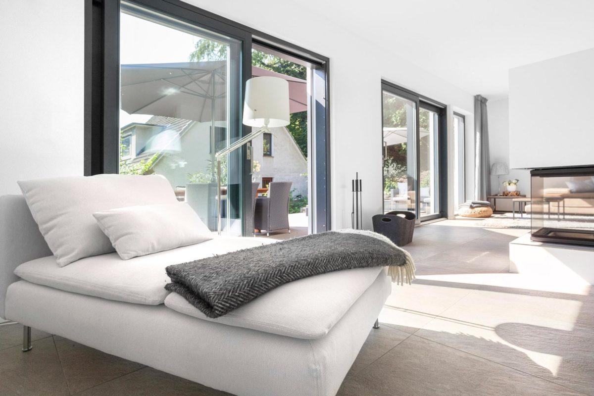 Schöner Wohnen Haus - Ein Wohnzimmer mit Möbeln und einem großen Fenster - Haus