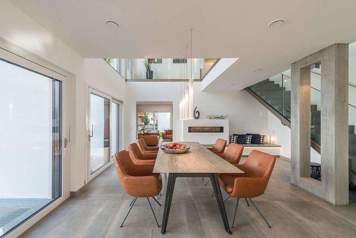 Musterhaus San Diego - Ein Esstisch vor einem Fenster - Rensch-Haus GmbH