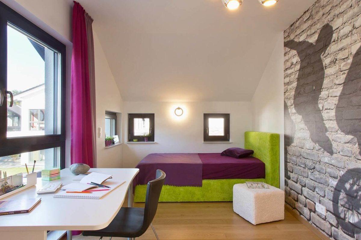 Musterhaus Wuppertal - Ein Esstisch vor einem Fenster - Haus