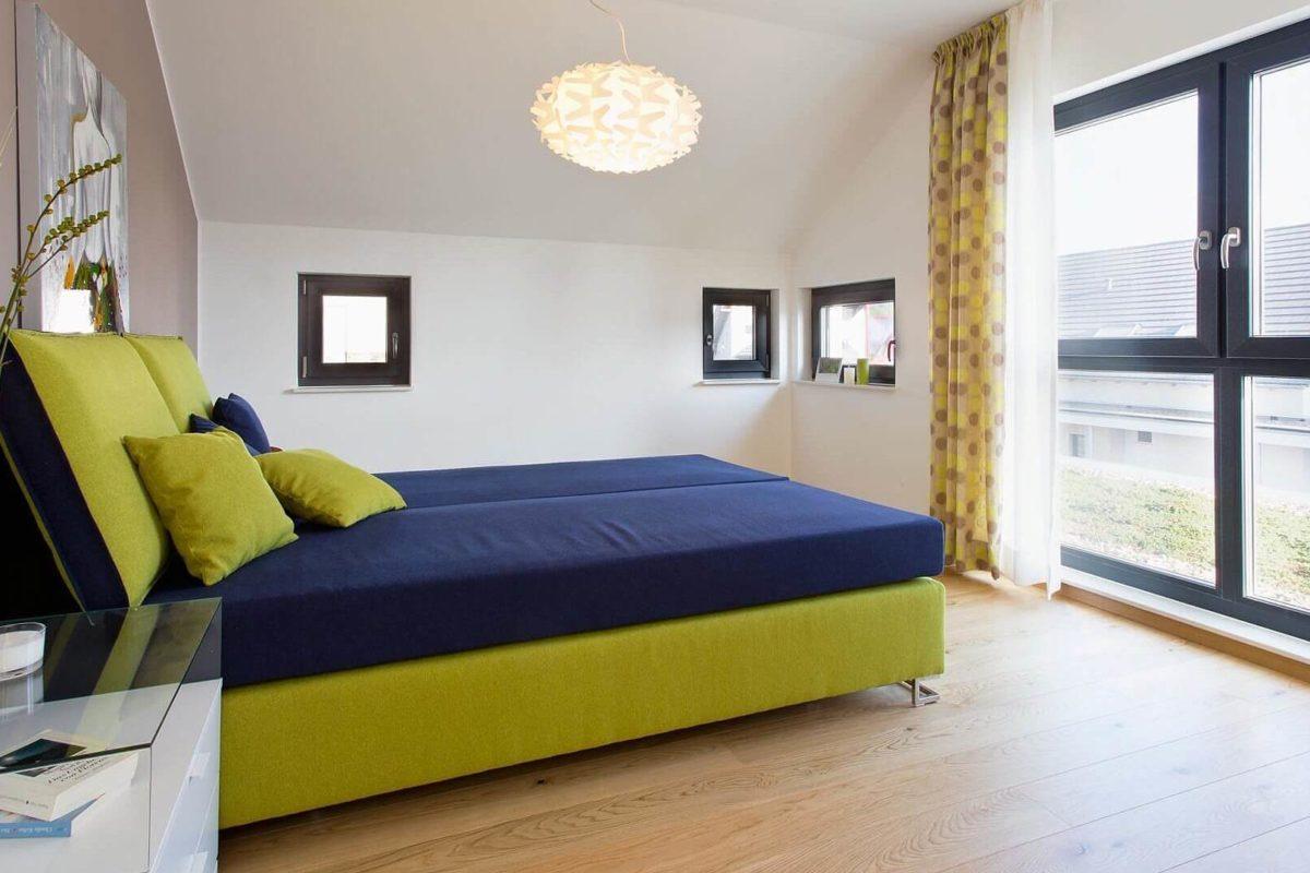 Musterhaus Wuppertal - Ein Schlafzimmer mit einem Bett in einem Raum - Fenster