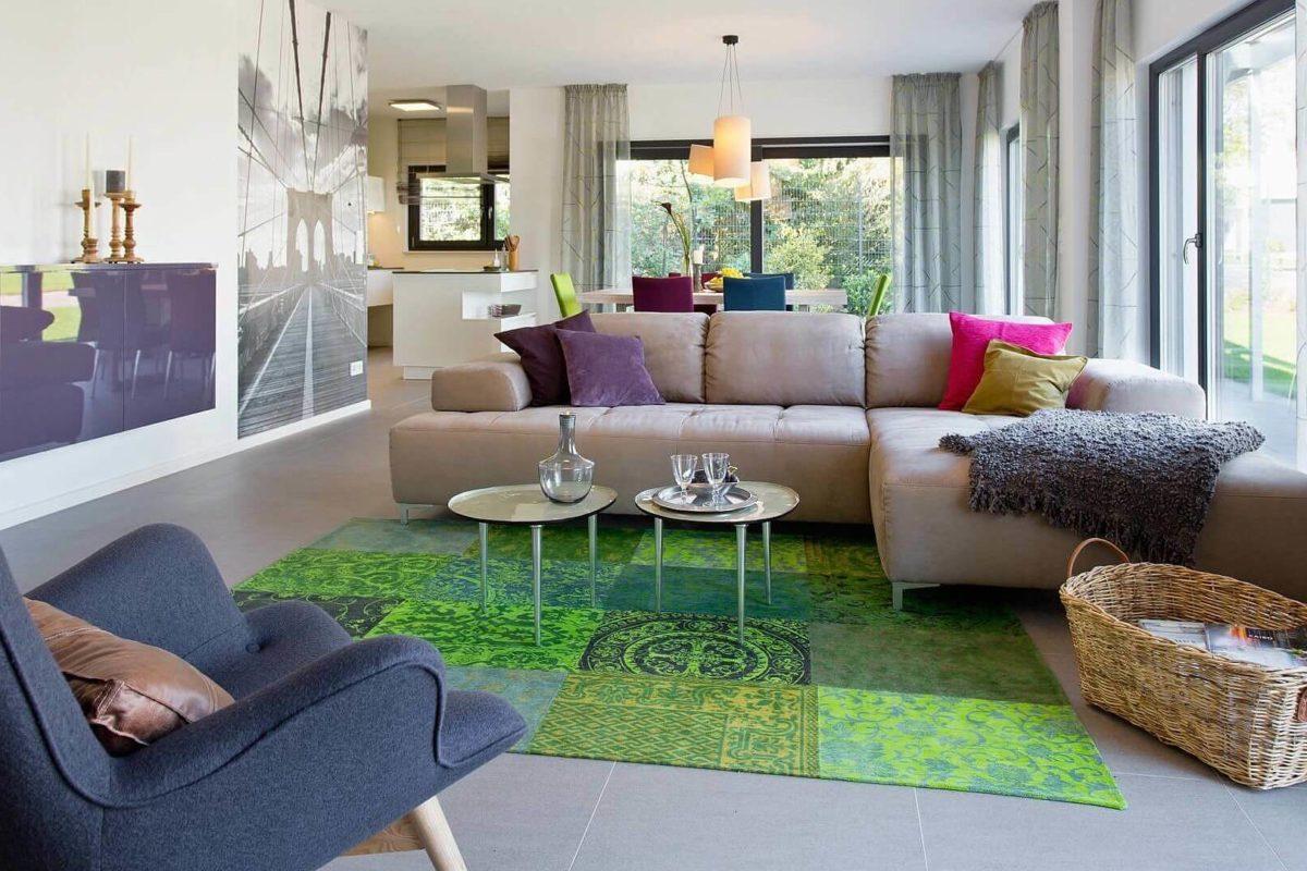 Musterhaus Wuppertal - Ein Wohnzimmer mit Möbeln und einem Kamin auf einem Stuhl - Fenster