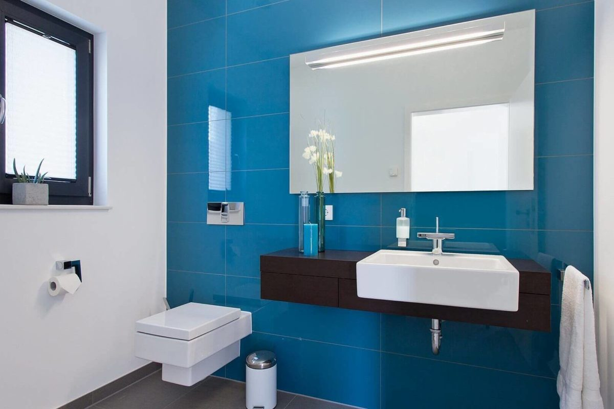 Musterhaus Wuppertal - Eine blauweiße Fliese, ein Waschbecken und ein Spiegel - Bad