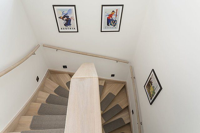 Musterhaus Lanos Wien - Ein Raum mit weißen Wänden - Treppe