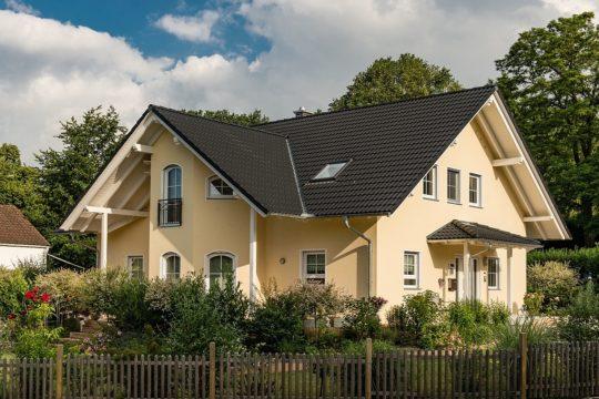 Kundenhaus Turin - Ein Haus mit Bäumen im Hintergrund - Haus
