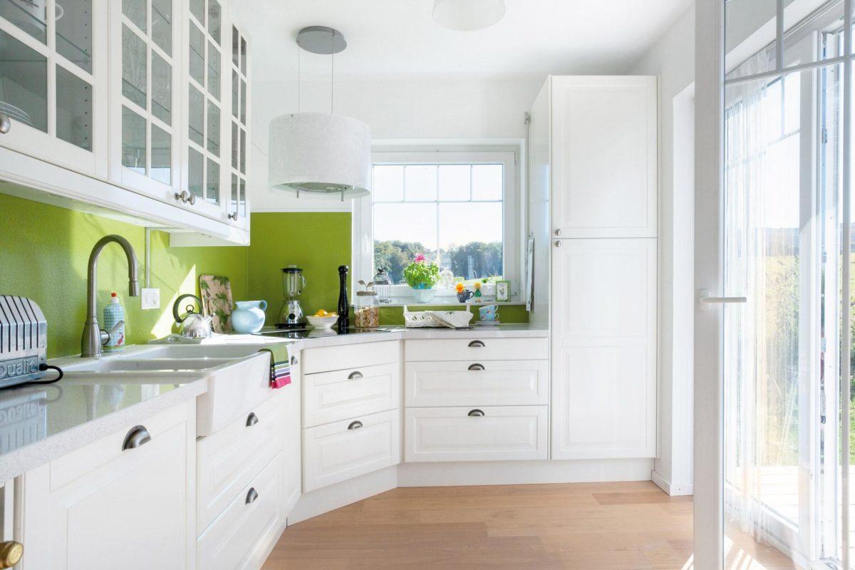 Plan E 15-123.2 - Eine Küche mit weißen Schränken und einem Fenster - SchworerHaus KG
