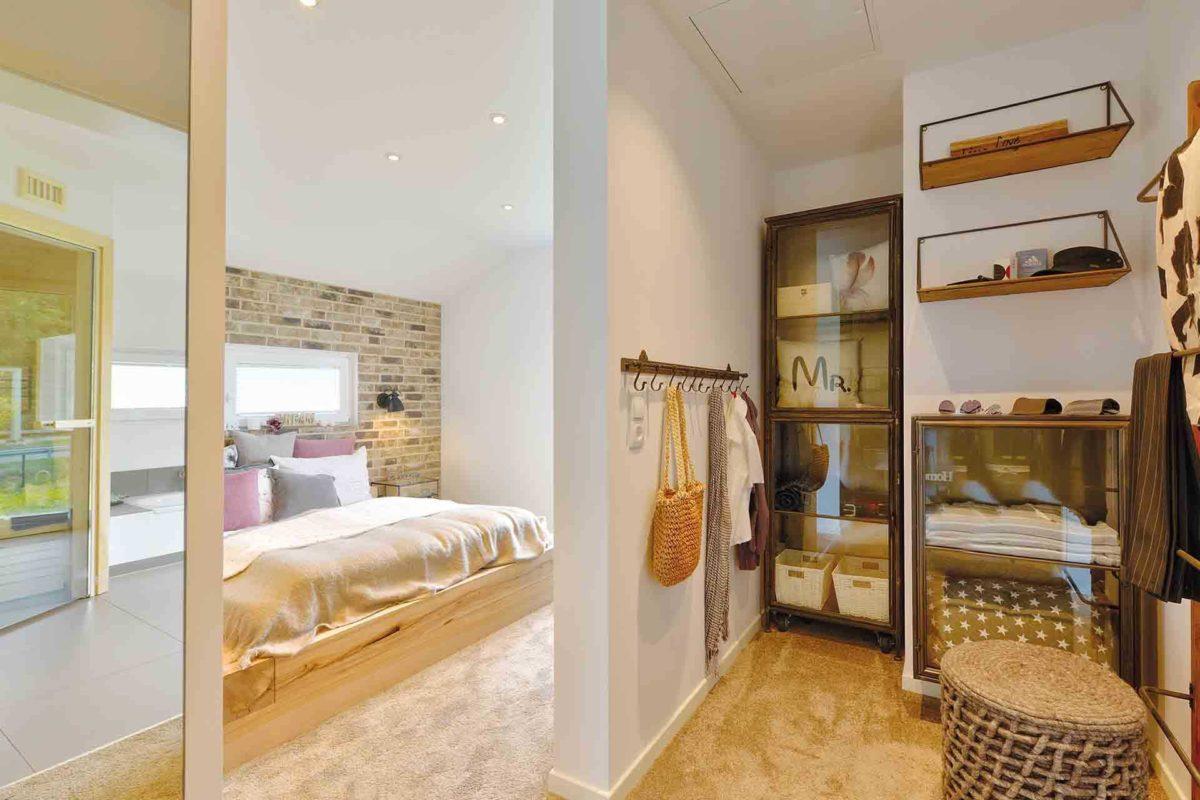 Musterhaus Kronhagen - Ein Schlafzimmer mit einem großen Fenster - Danhaus GmbH