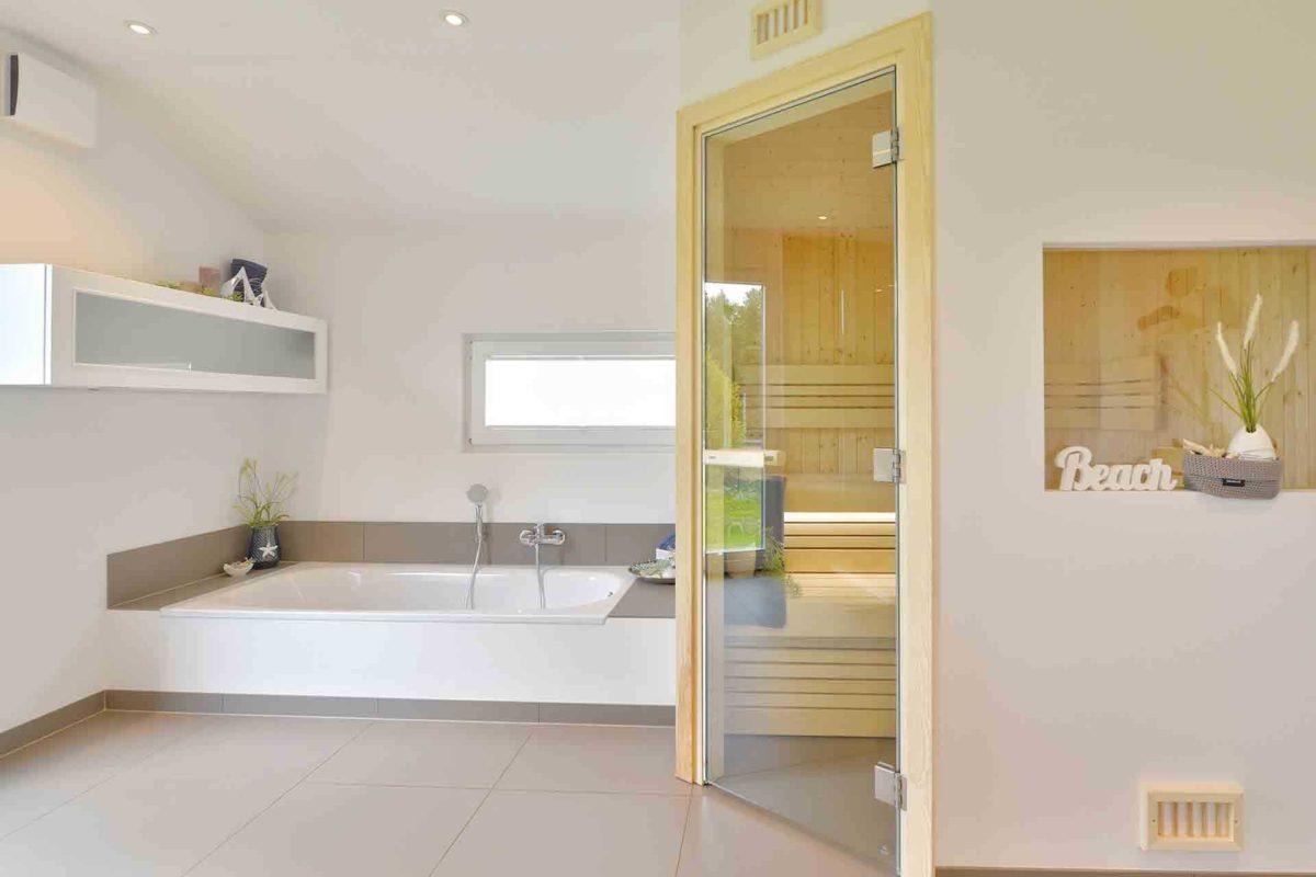 Musterhaus Kronhagen - Ein zimmer mit waschbecken und spiegel - Interior Design Services