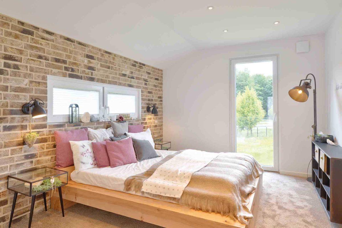Musterhaus Kronhagen - Ein Schlafzimmer mit einem großen Bett in einem Raum - Hotel Sans Souci Wien