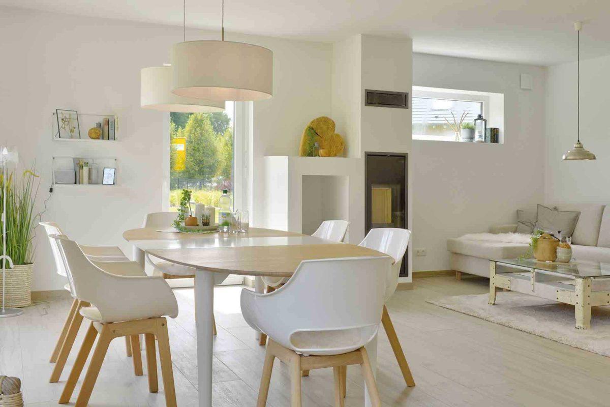 Musterhaus Kronhagen - Ein Wohnzimmer mit Möbeln und einem großen Fenster - Danhaus GmbH
