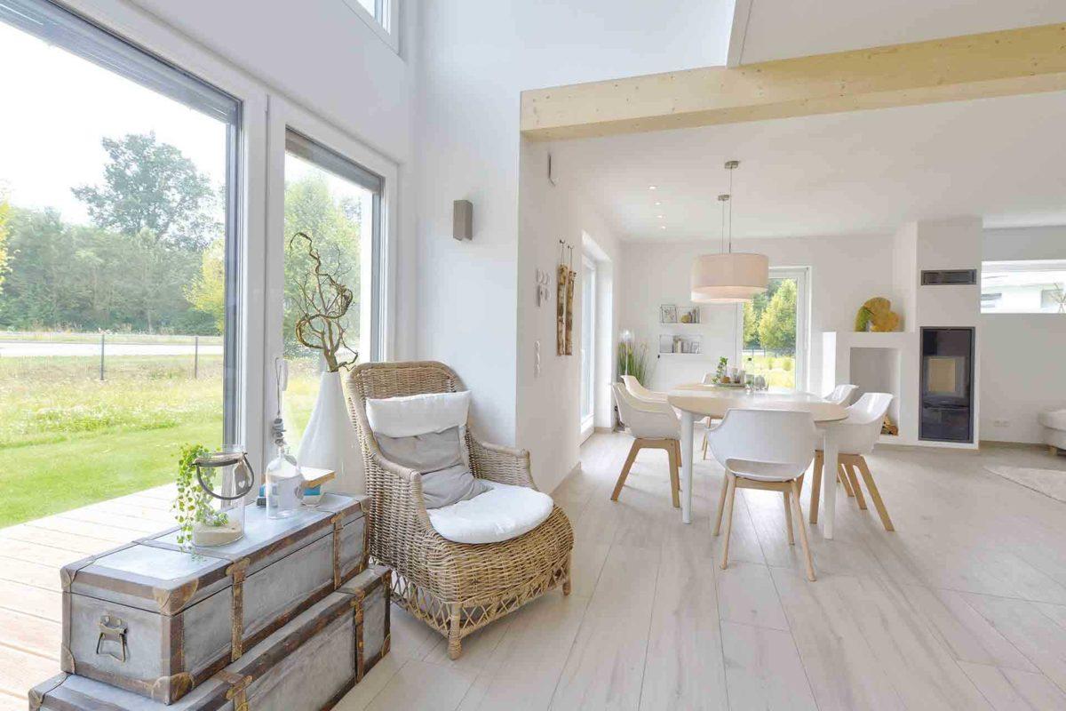 Musterhaus Kronhagen - Ein Raum voller Möbel und ein großes Fenster - Danhaus GmbH