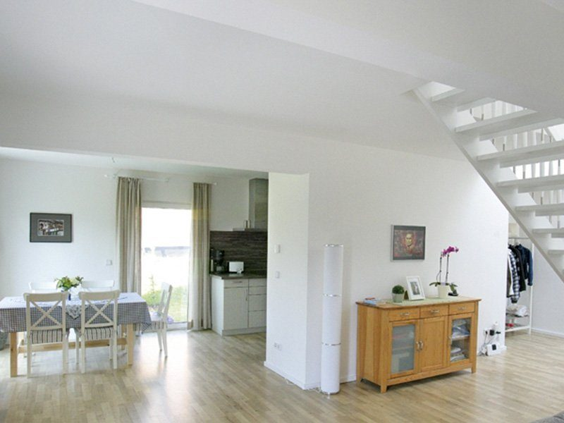 Point 129A - Ein Wohnzimmer voller Möbel auf einem harten Holzboden - Haus