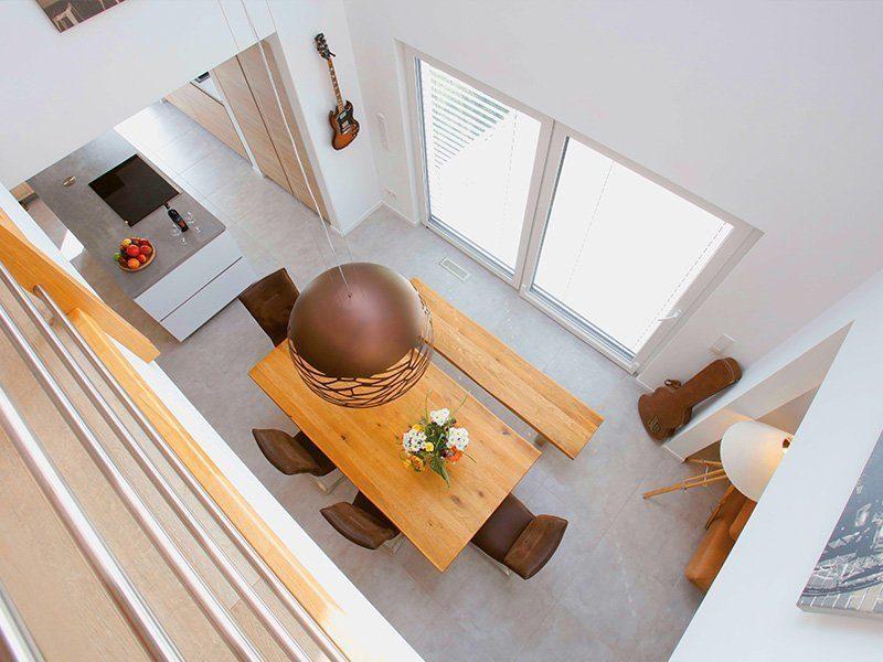 Point 162A - Ein Wohnzimmer mit einem Holztisch - Haus