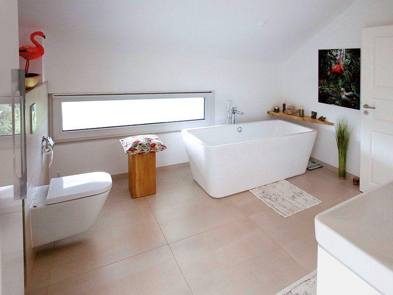 Point 162A - Eine große weiße Wanne neben einem Waschbecken - Haus