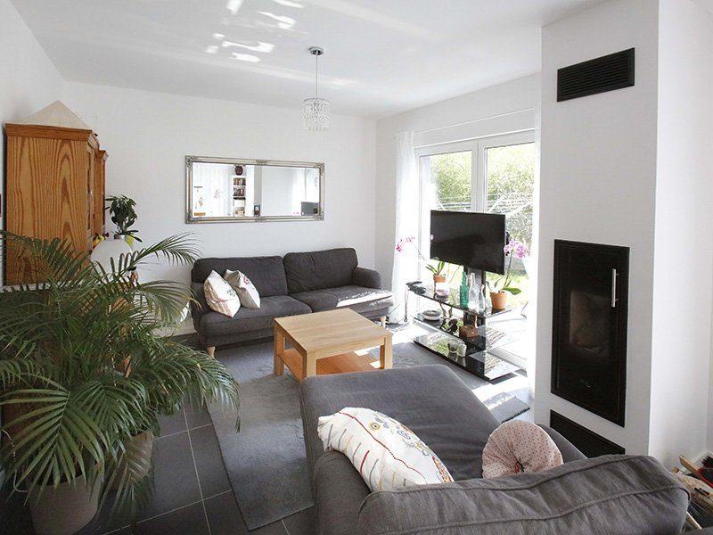 FAMILY 104 - Ein Wohnzimmer mit Möbeln und einem Flachbildfernseher - Interior Design Services