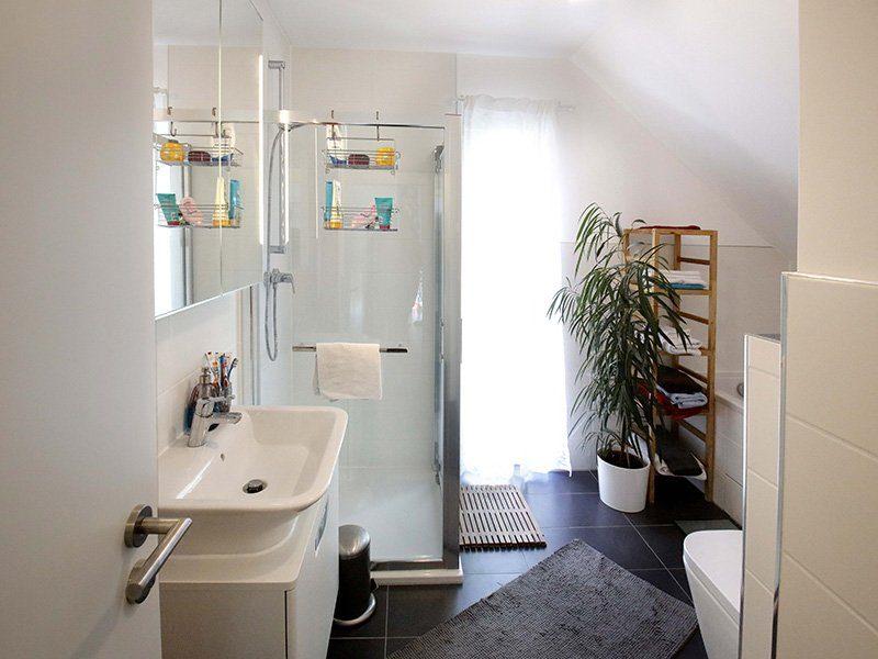 FAMILY 104 - Ein weißes Waschbecken in einem kleinen Raum - Bad