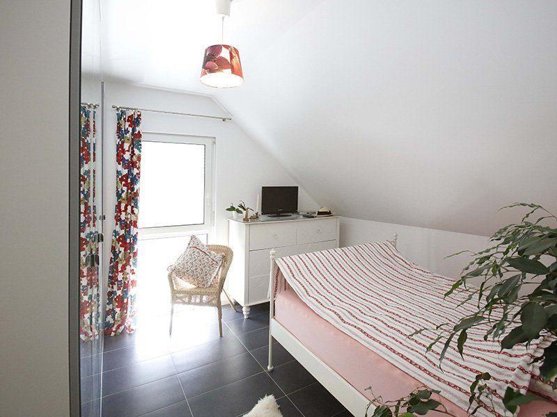 FAMILY 104 - Ein Schlafzimmer mit einem Bett und einem Schreibtisch in einem kleinen Raum - Interior Design Services