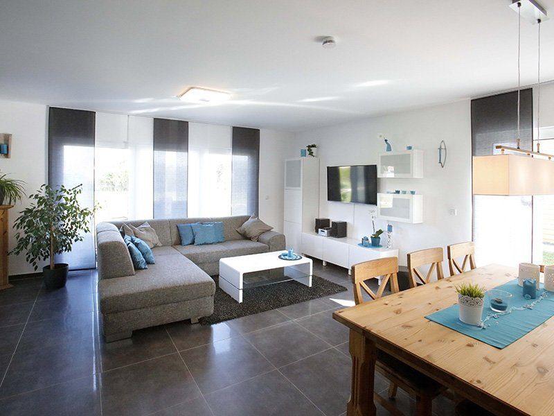 FAMILY 112 - Ein Raum mit Möbeln und einem Tisch - Wohnzimmer