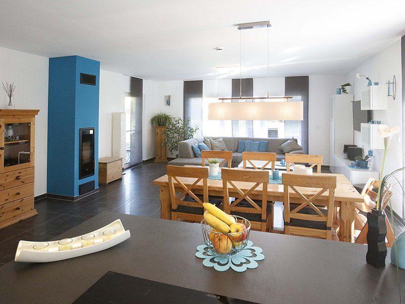 FAMILY 112 - Ein Wohnzimmer mit Möbeln und einem Kamin - Wohnzimmer