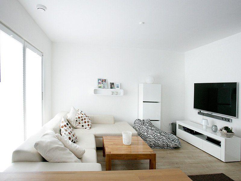 FAMILY 134 - Ein Wohnzimmer mit Möbeln und einem Flachbildfernseher - Haus