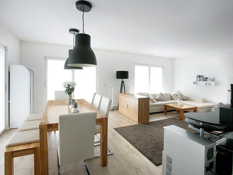 FAMILY 134 - Ein Wohnzimmer mit Möbeln und einer Lampe - Interior Design Services