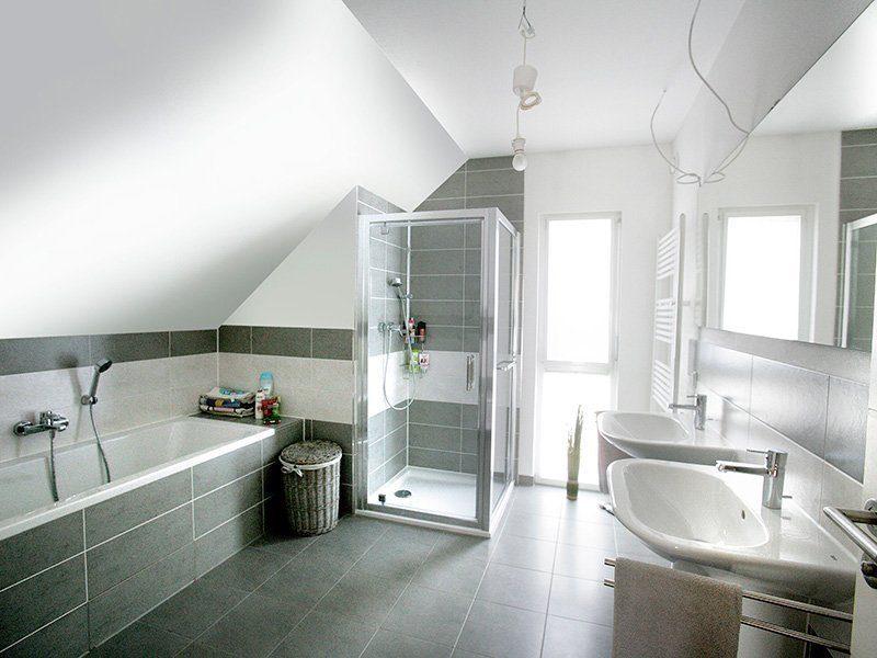 FAMILY 134 - Eine küche mit waschbecken und spiegel - Bad