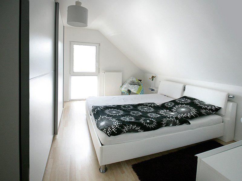 FAMILY 134 - Ein großes weißes Bett in einem Raum sitzen - Haus
