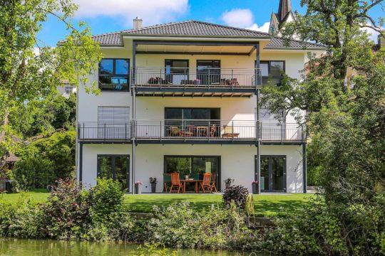 Musterhaus Singen-Bohlingen - Ein haus mit büschen vor einem gebäude - DAS BODENSEEHAUS BSH Holzfertigbau GmbH