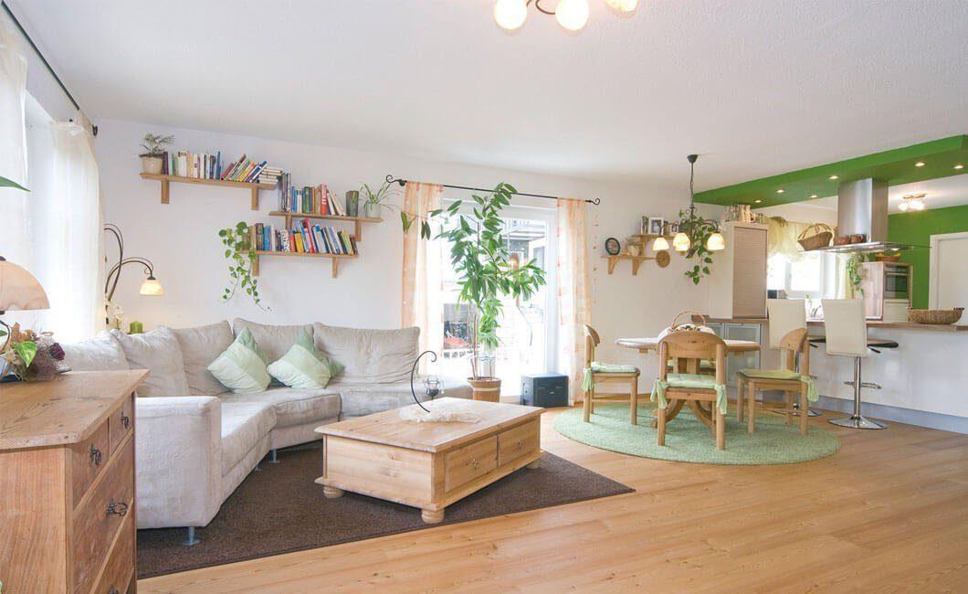 Edition 122/124 Doppelhaus - Ein Wohnzimmer mit Möbeln und einem Kamin - Haus