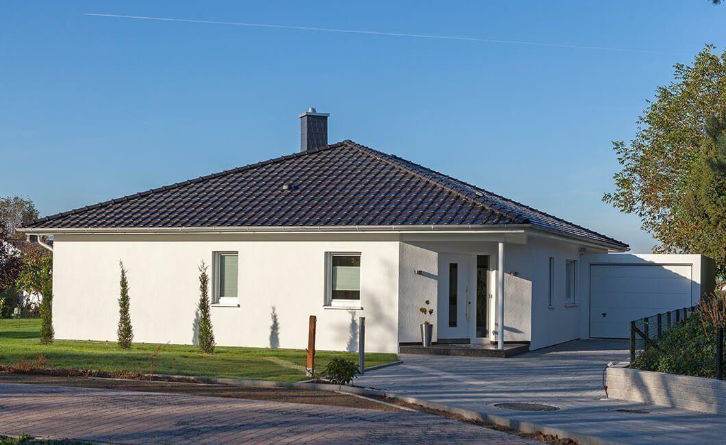 Edition 126 - Ein großes Backsteingebäude mit Gras vor einem Haus - Haus