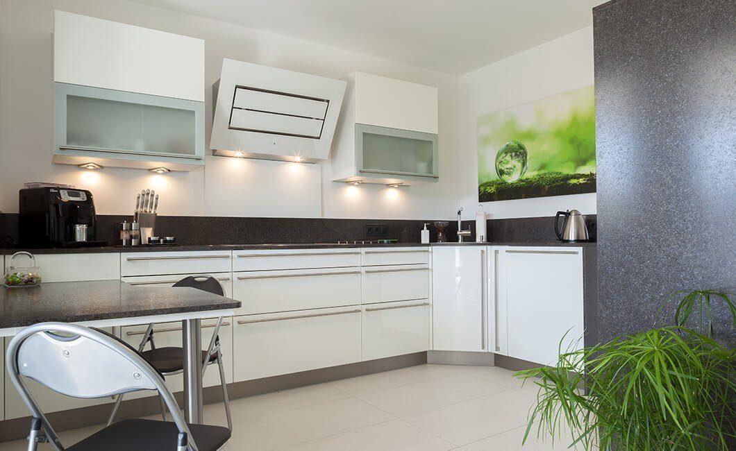 Edition 126 - Eine moderne Küche mit weißen Schränken - Fertighaus
