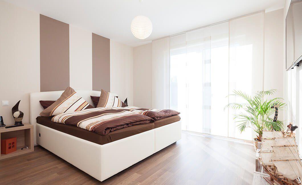 Edition 126 - Ein großes weißes Bett in einem Raum sitzen - Schlafzimmer