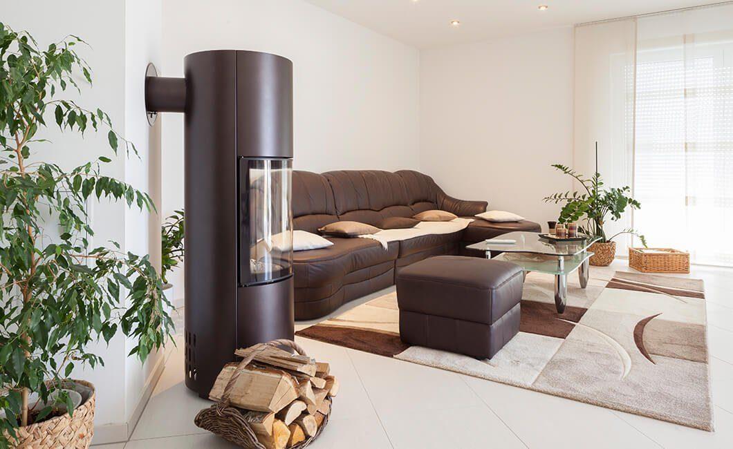 Edition 126 - Ein Wohnzimmer mit Möbeln und einem großen Fenster - Wohnzimmer