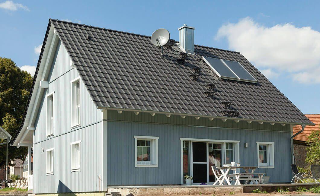 Edition 139 - Ein kleiner Glockenturm vor einem Haus - Haus